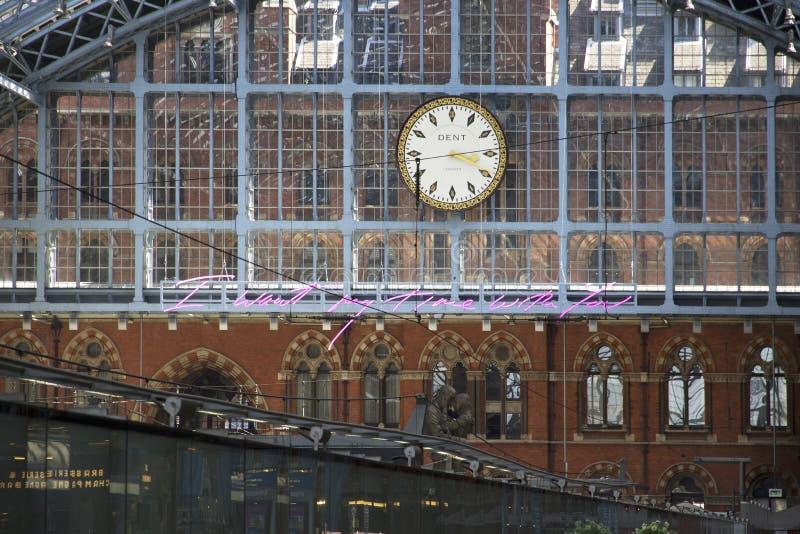 Uhr an St- Pancrasstation der Hauptschienenanschluß stockfotos