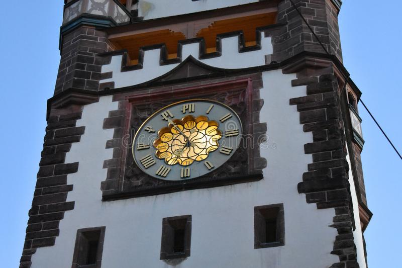 Uhr am Stadttor in Freiburg, Deutschland lizenzfreies stockfoto