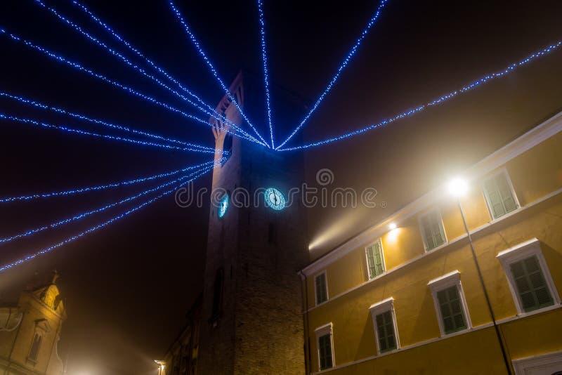 Uhr, Turm mit Weihnachtsdekorationen stockbild