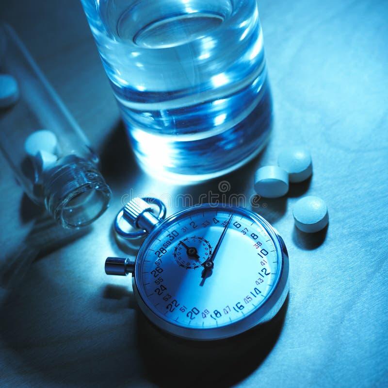 Uhr u. Tabletten lizenzfreie stockfotografie