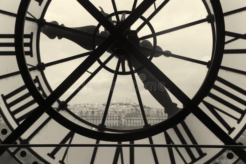 Uhr und Ansicht von Montmartre, Paris lizenzfreie stockfotografie