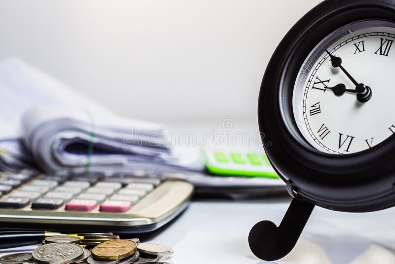 Uhr und Arbeit stockbild