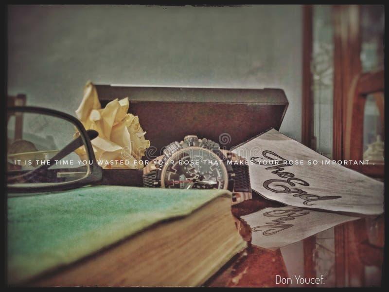 Uhr und Bücher und Uhr und ein Zitat sentimental stockbilder