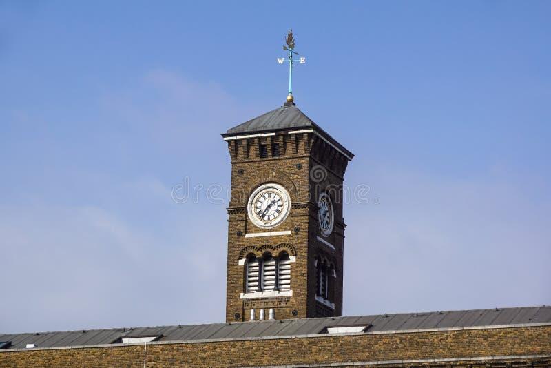 Uhr und Fassade von Canary Wharf ragen an London-Stadt hoch stockfotografie
