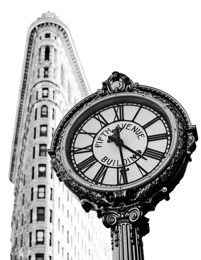 Uhr und flaches Eisen-Gebäude stockfotos