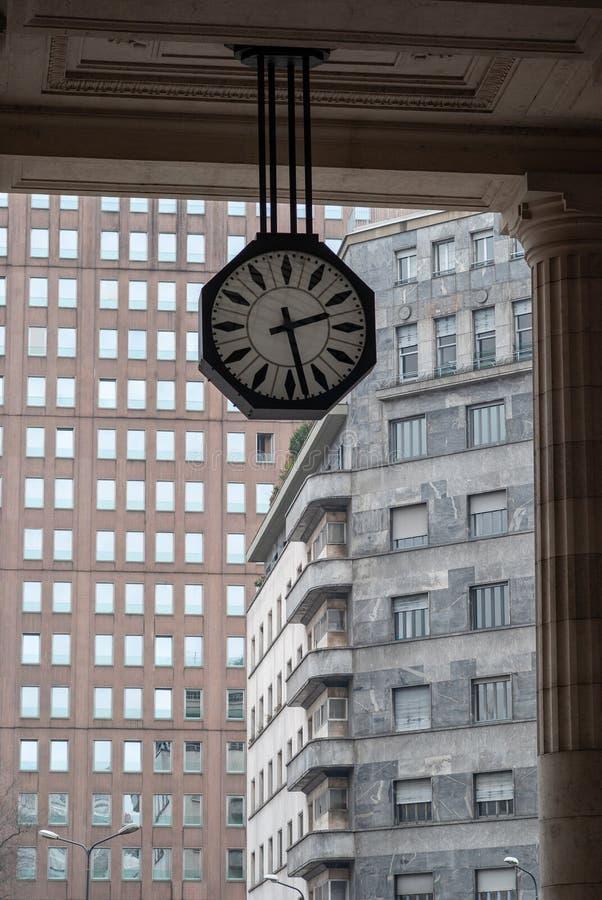 Uhr am zentralen Bahnhof von Mailand, Italien stockbild