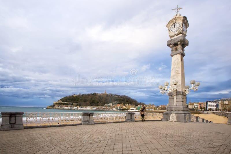 Uhren auf der Strandpromenade von La Concha in San Sebastián stockbild