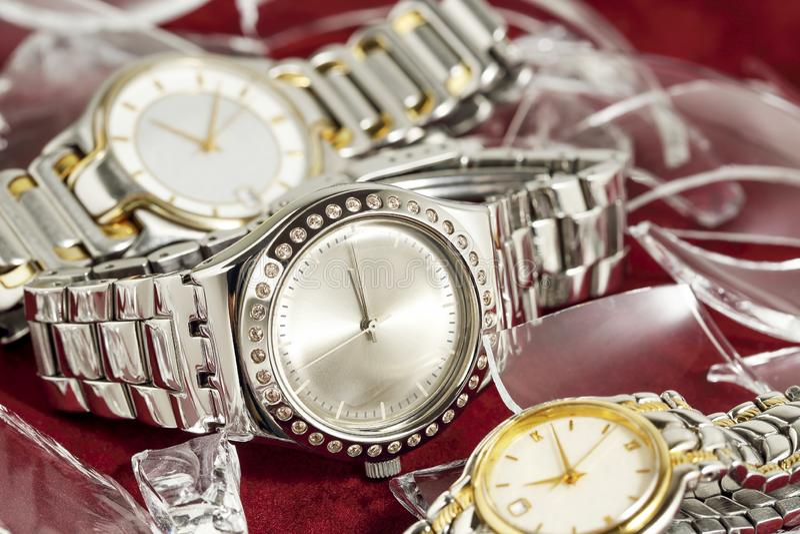 Uhren auf Filz stockbilder