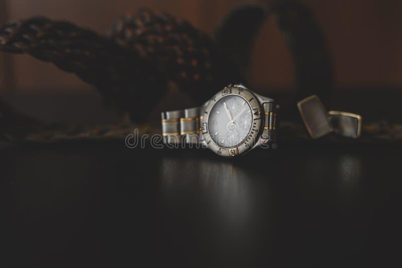 Uhren, Stulpe und Gurt stockfoto