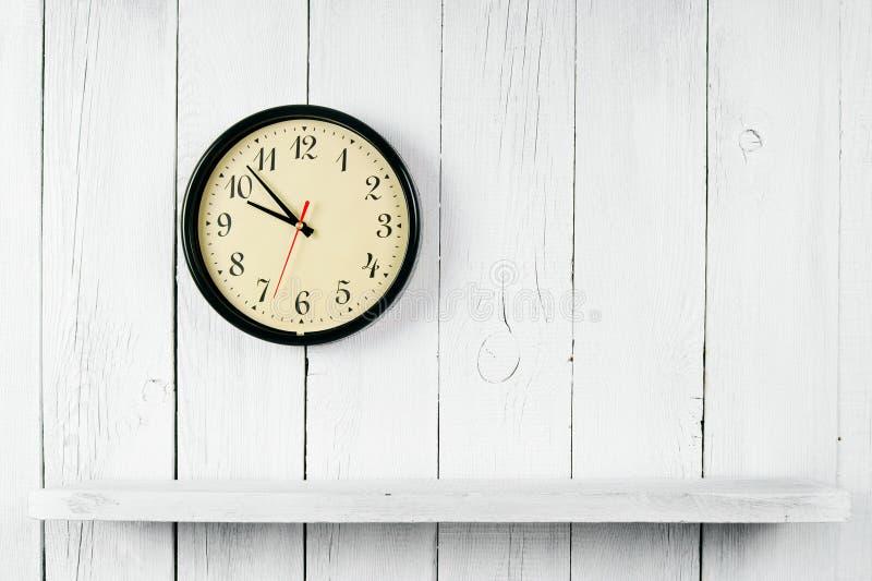 Uhren und ein hölzernes Regal lizenzfreies stockbild