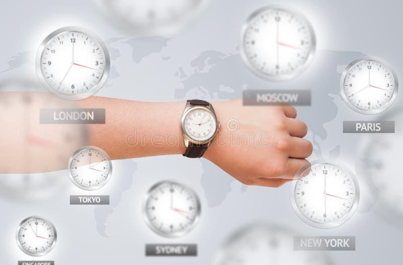 Uhren und Zeitzonen über dem Weltkonzept lizenzfreie stockbilder
