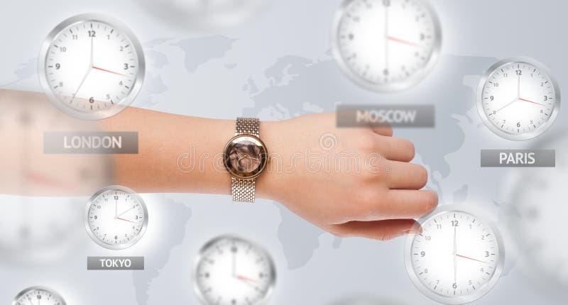 Uhren und Zeitzonen über dem Weltkonzept stockfotografie