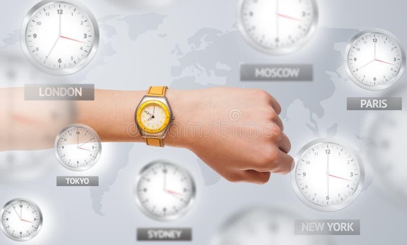 Uhren und Zeitzonen über dem Weltkonzept lizenzfreies stockfoto