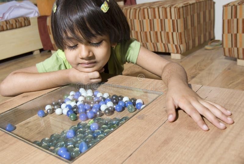 Uhrglasmarmore des kleinen Mädchens stockbilder