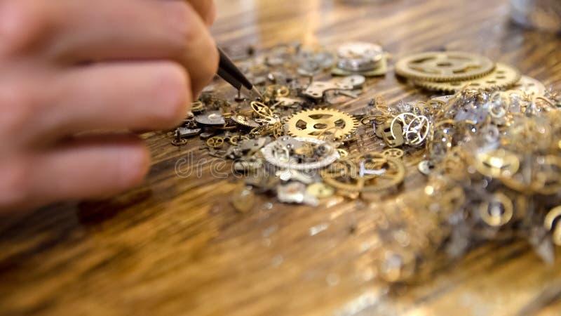 Uhrmacher arbeitet am Holztisch lizenzfreie stockfotografie