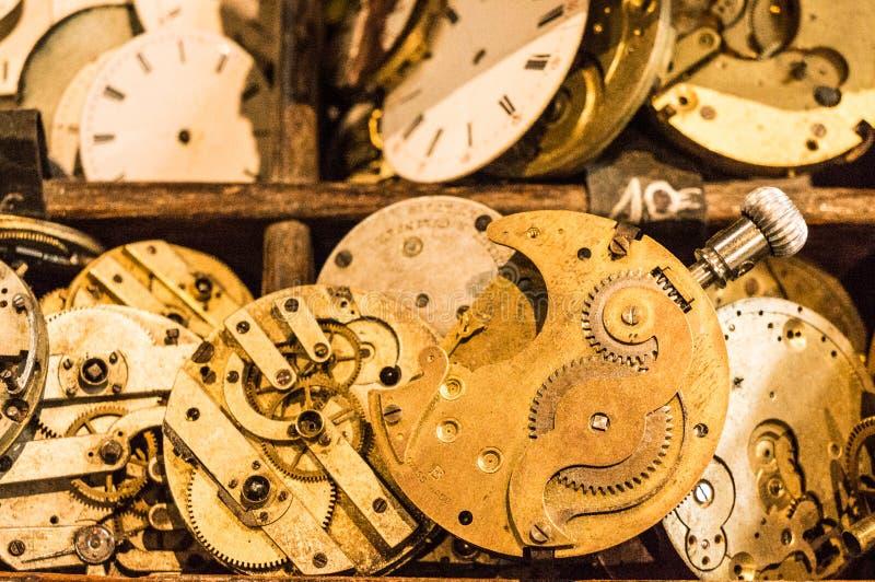 Uhrmechanismen in einer hölzernen Anzeige lizenzfreie stockbilder