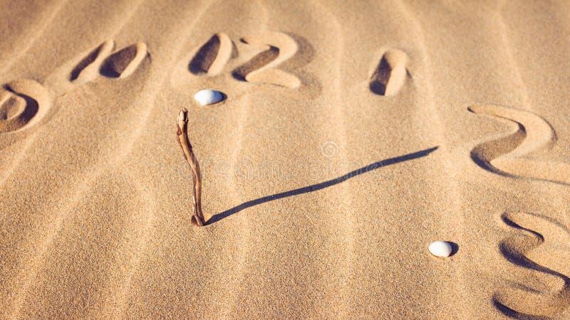 Uhrskala im Sand lizenzfreie stockbilder