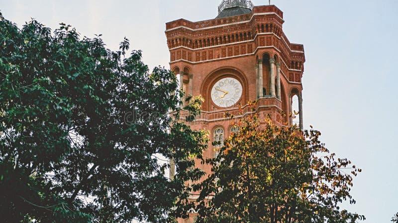 Uhrturm In Der Nähe Von Bäumen Beim Tagesfoto Kostenlose Öffentliche Domain Cc0 Bild