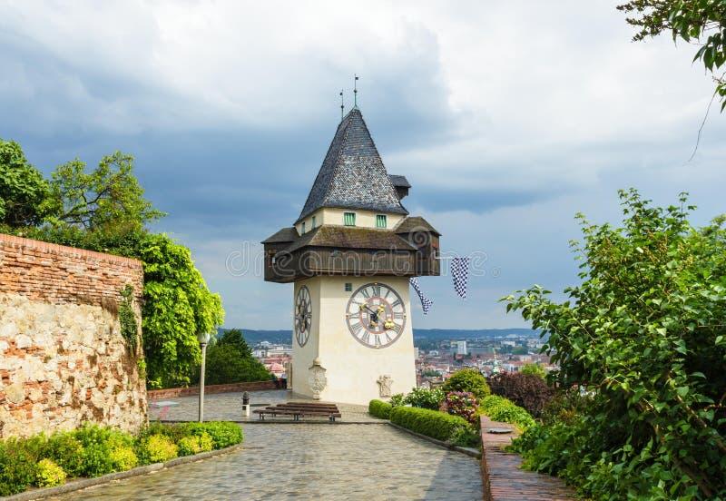 Uhrturm, Glockenturm von Graz im Frühjahr am regnerischen und bewölkten Tag, Österreich stockbild