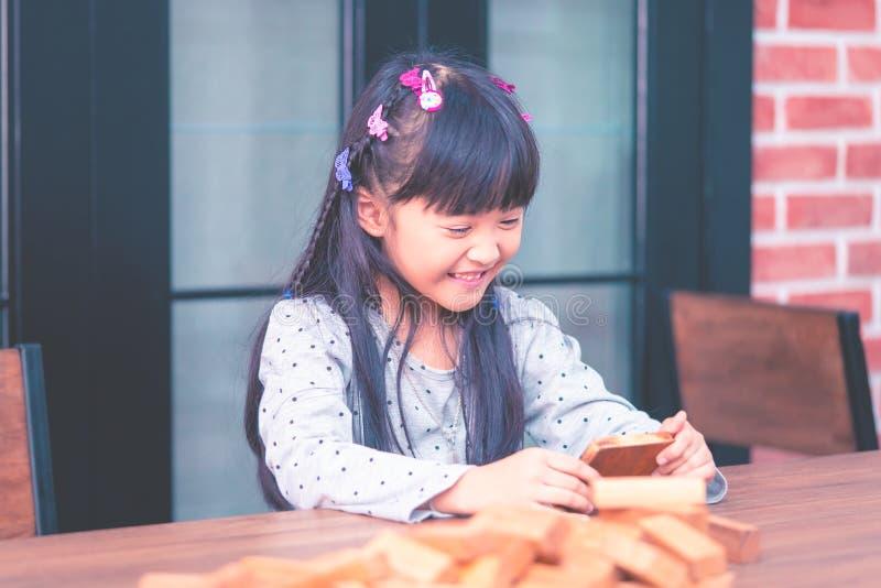 Uhrvideo des kleinen Mädchens am Handy stockfoto