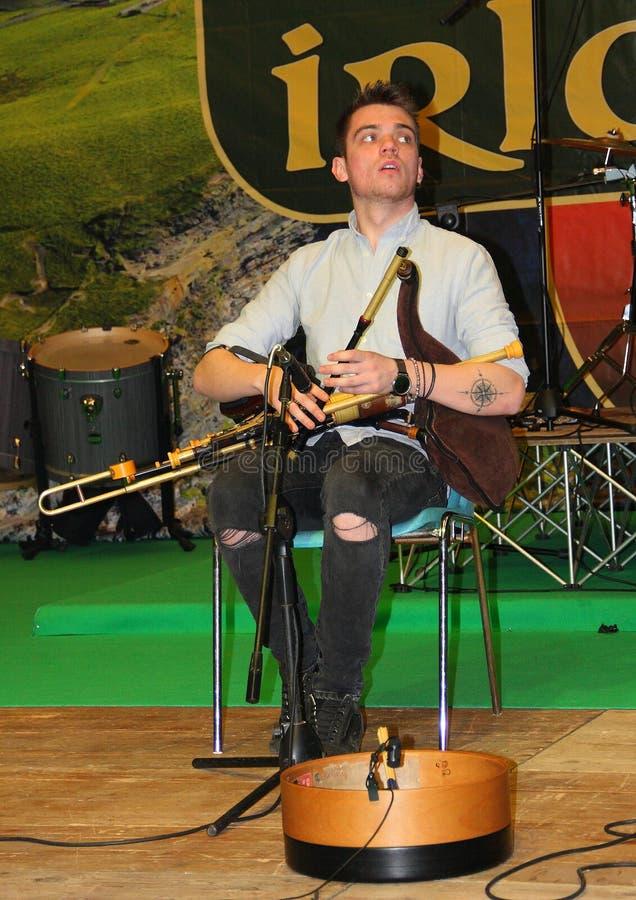 Uilleann пускает игрока по трубам группы Kilkennys стоковые изображения rf