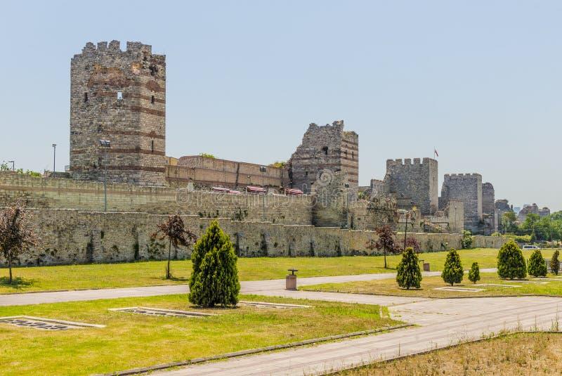 Uins av den forntida fästningväggen av kejsaren Theodosius i mitten av Istanbul kalkon fotografering för bildbyråer
