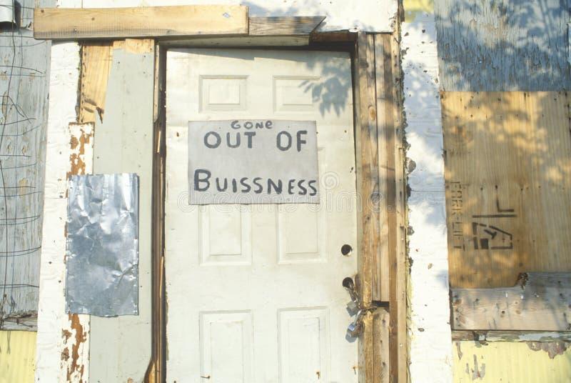 Uit bedrijfsdieteken op deur van de verlaten bouw, Atlanta, Georgië wordt gepost stock fotografie