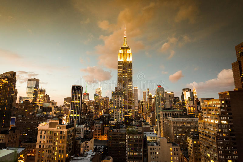 Uit het stadscentrum Manhattan met het beroemde Empire State Building bij zonsondergang stock afbeelding