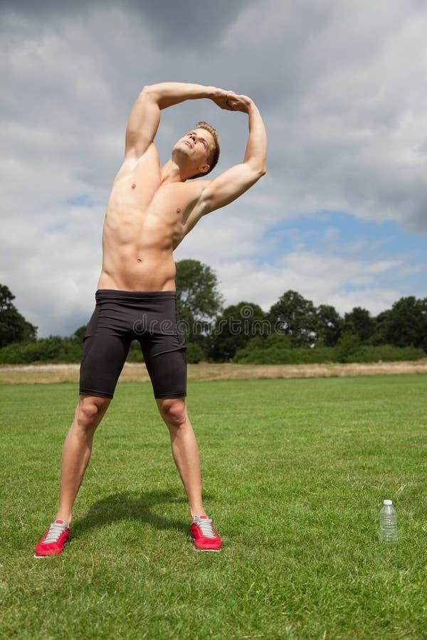 Uit het uitrekken van spieren vóór oefening stock foto