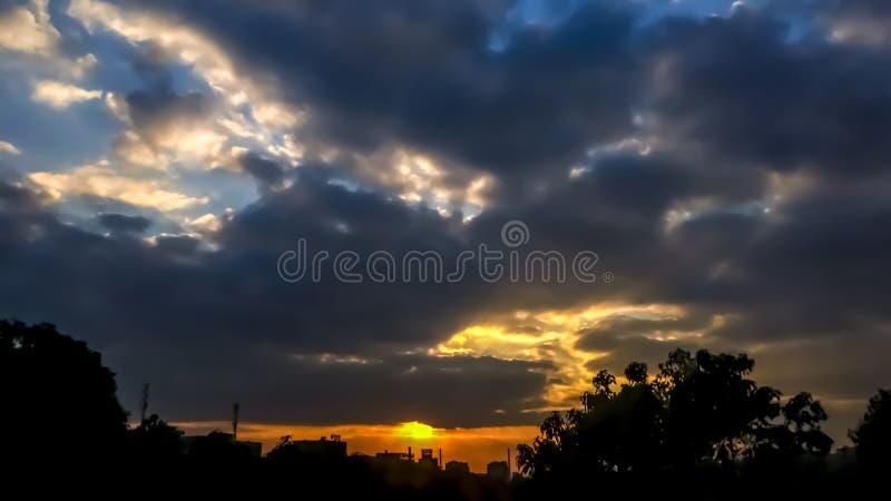 Uit het venster van de zonsondergang stock foto