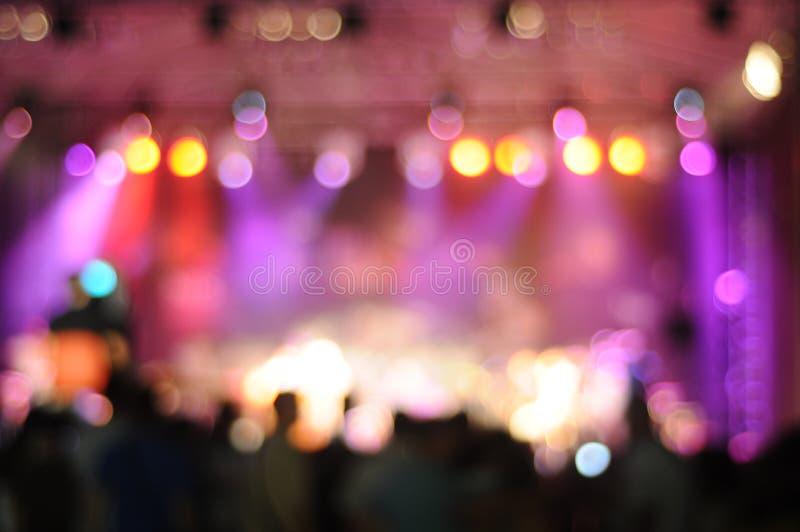 Uit-van-nadruk flikkerende achtergrond van een reeks van het concertzaalstadium stock afbeeldingen