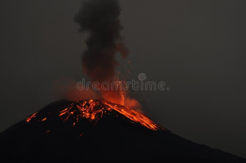 Uitbarsting van een vulkaan Tungurahua stock foto