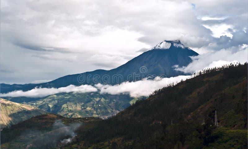 Uitbarsting van een vulkaan Tungurahua en stad Banos DE Agua Santa binnen stock afbeeldingen
