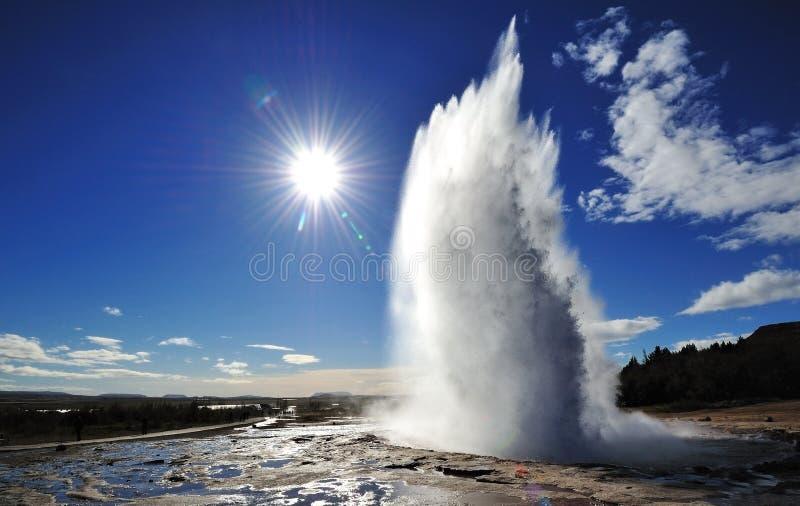 Uitbarsting van Strokkur-Geiser met zonuitbarsting royalty-vrije stock afbeelding