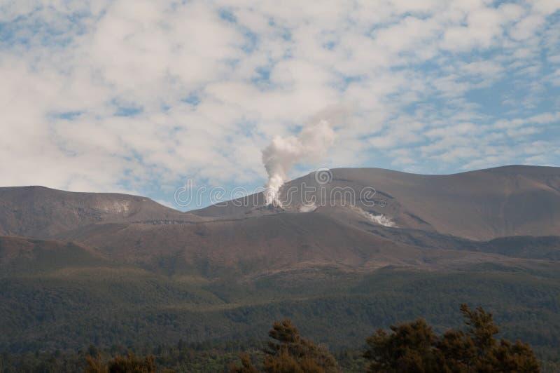 Uitbarsting van Te Maari-kraters bij Onderstel Tongariro Tongariro Kruising royalty-vrije stock foto