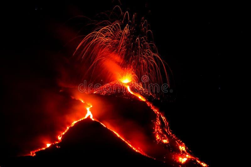 Uitbarsting van vulkaan Etna in Sicilië stock fotografie