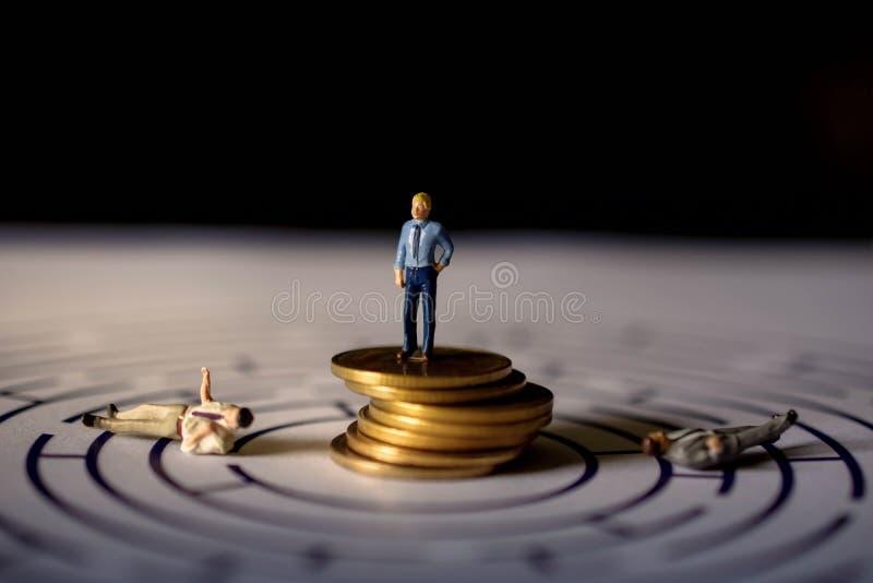 Uitdaging en succesconcept heden door Miniatuurcijfer van Wi stock foto's