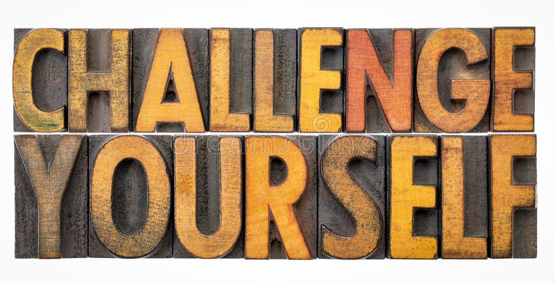 Uitdaging zelf - woordsamenvatting in houten type stock afbeelding
