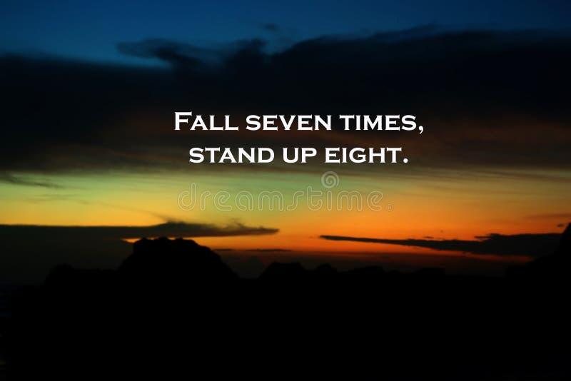 Uitdagings inspirational citaat - de Daling zeven keer, staat acht op Nooit op geef Met onscherpe dramatische kleurrijke hemel bi royalty-vrije stock foto