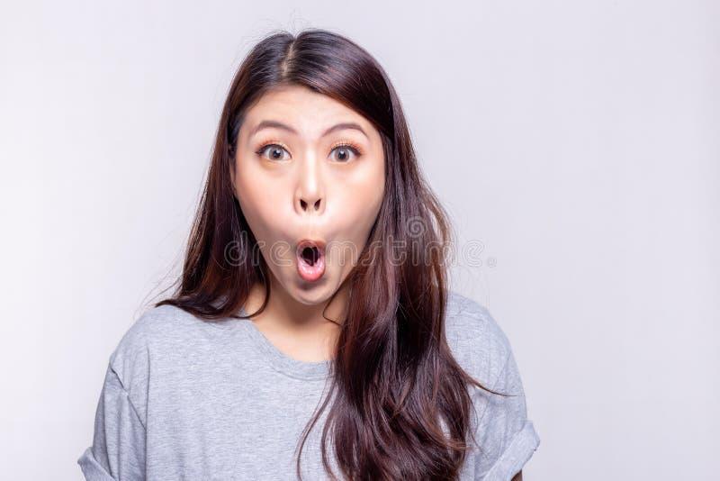 Uitdrukkingsconcept De mooie Aziatische vrouw zegt wauw en wordt geschokt, verrast of wonder wanneer het mooie meisje iets, produ stock afbeelding