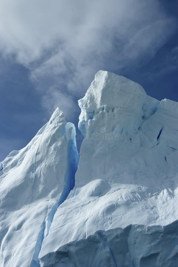 Uiteinde van een ijsberg tegen de blauwe hemel Antarctische zomer. royalty-vrije stock fotografie