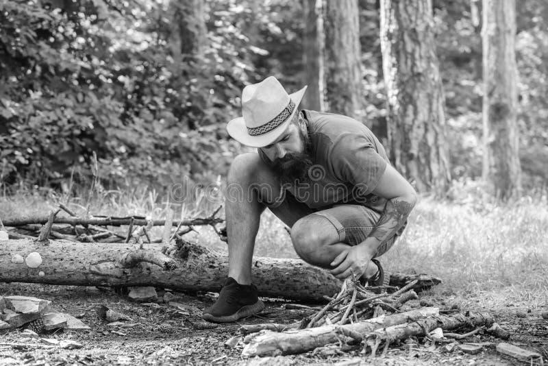 Uiteindelijke gids voor vuren Hoe te om vuur in openlucht te bouwen Schik de houttakjes of de houten stokken die zich als a bevin stock fotografie