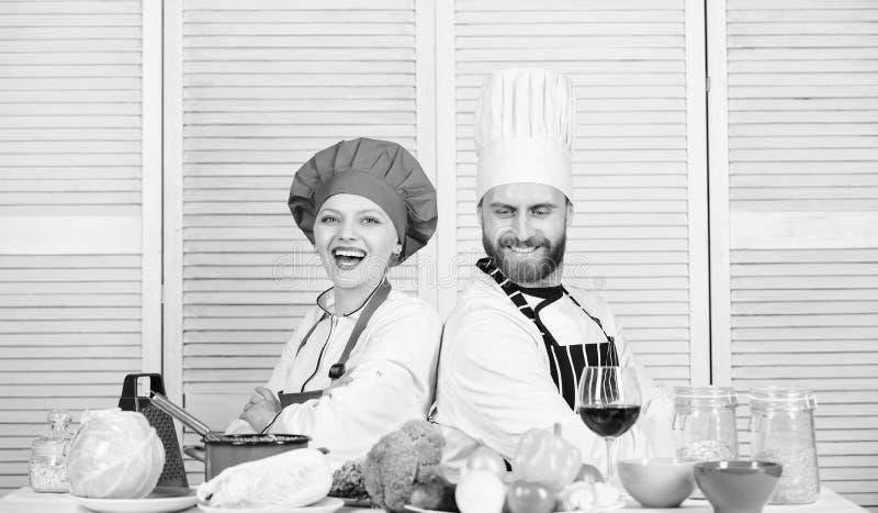 Uiteindelijke het koken uitdaging Familie het koken in keuken man en vrouwenchef-kok het koken vegetari?r Eenvormige kok Het op d stock foto