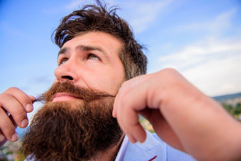 Uiteindelijke snor het verzorgen gids Dichte omhooggaand van de Hipster knappe aantrekkelijke kerel Deskundige uiteinden voor het stock foto