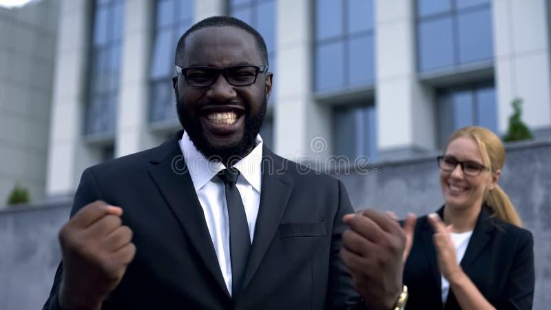 Uiterst gelukkige zakenman die zich goed nieuws verheugen, die van resultaten van bedrijf genieten royalty-vrije stock foto