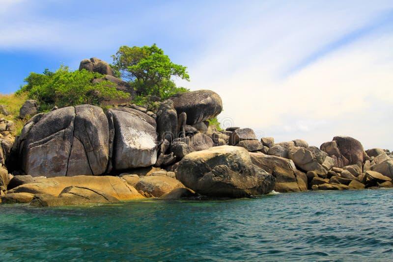 uiterst klein eiland van rotsen en keien in Andaman-Overzees dichtbij Ko Lipe, Thailand royalty-vrije stock foto