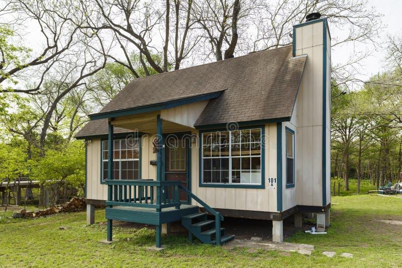 Uiterst klein huis stock afbeelding