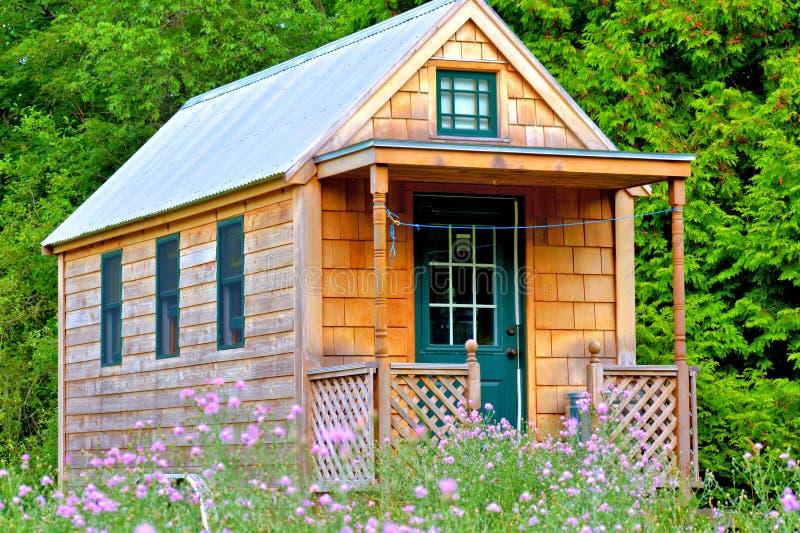 Uiterst klein huis stock afbeeldingen