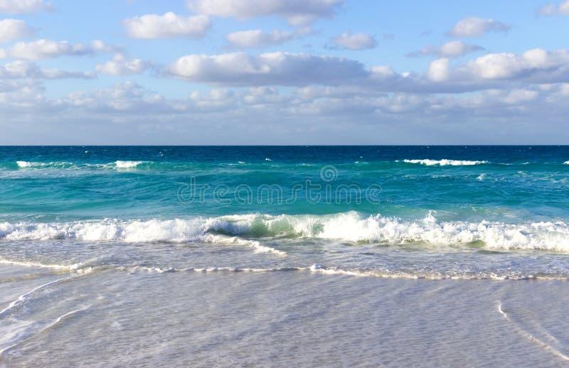 Uiterst kleine golven op het strand van Caribbeans stock fotografie