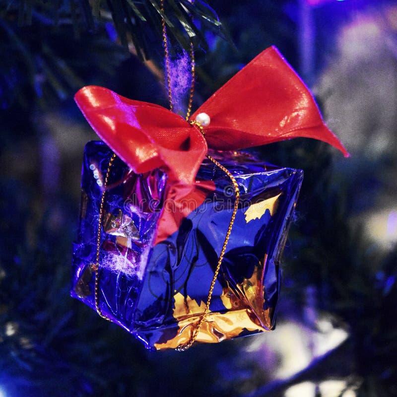 Uiterst kleine huidige die doos op Kerstboom wordt verfraaid royalty-vrije stock fotografie